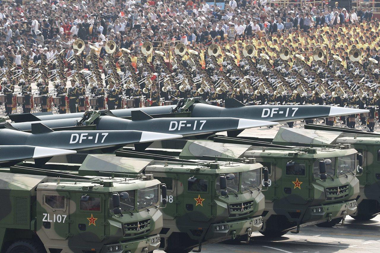 中華人民共和國成立70周年大會,日前在北京天安門廣場舉行。圖為受閱的東風17常規...