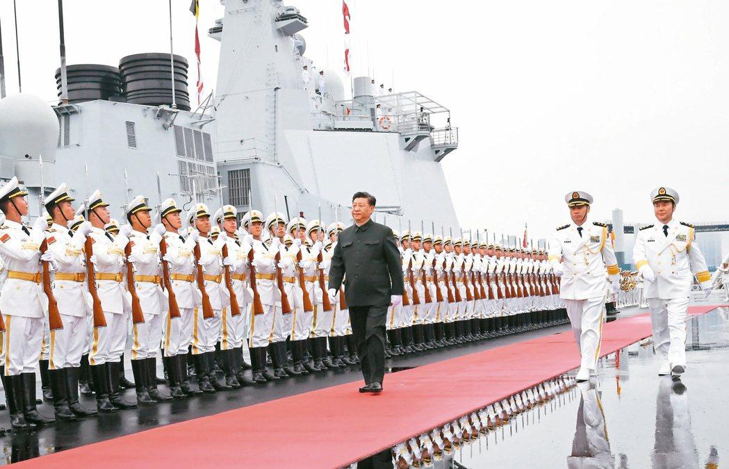 慶祝人民海軍成立七十周年,中共中央軍委主席習近平(中)檢閱中共海軍儀仗隊,隨後登...