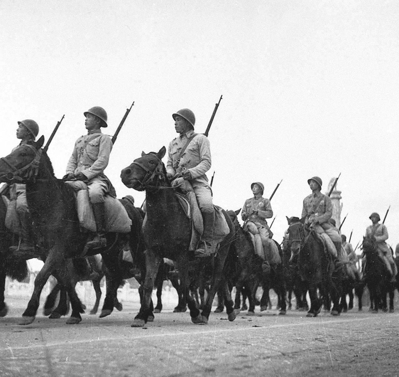 1949年10月1日,參加分列式的中國人民解放軍騎兵部隊。(新華社)