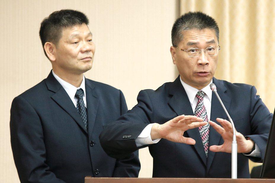 內政部長徐國勇(右)上午出席立法院內政委員會報告備詢,左為消防署長陳文龍。 記者林伯東/攝影