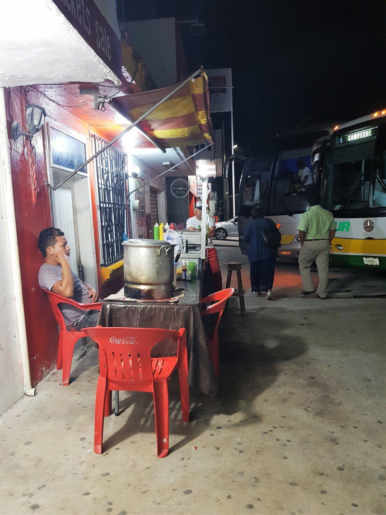普希爾位於墨西哥主要的公路上,半夜十二點公車站旁邊還是有攤販賣食物。 文‧攝影/...