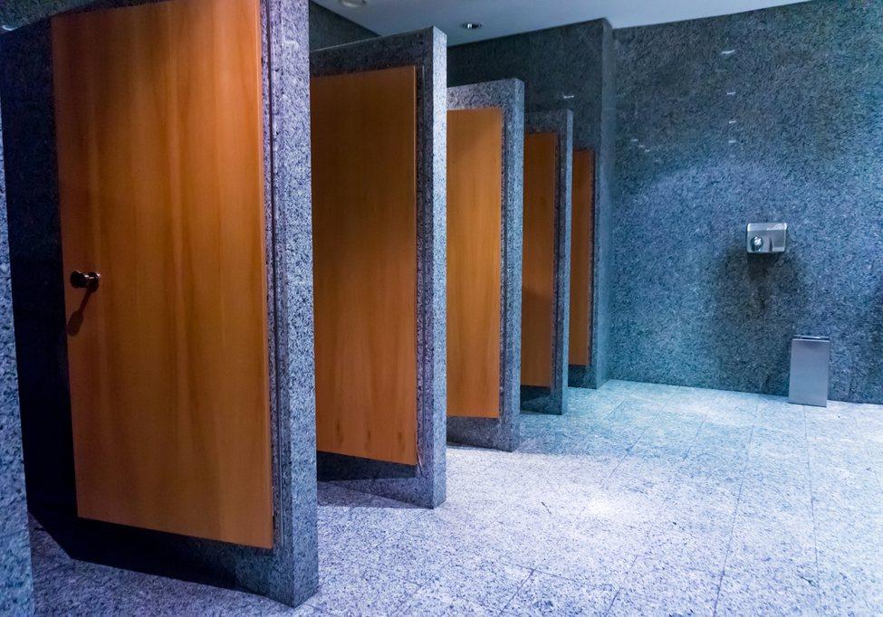 一名網友撞見一對夫妻帶女兒來上廁所,卻是由爸爸帶小孩進廁所。示意圖/ingima...