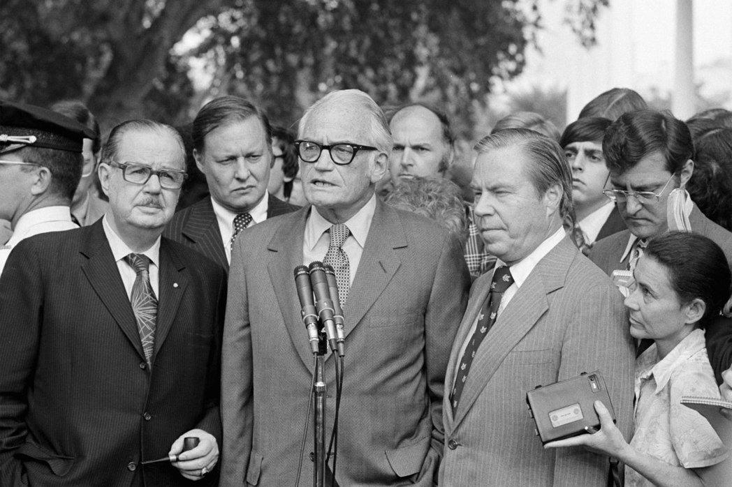 圖為1974年8月7日,高華德(中)跟史考特(左)及羅德在見過尼克森後向媒體發表...