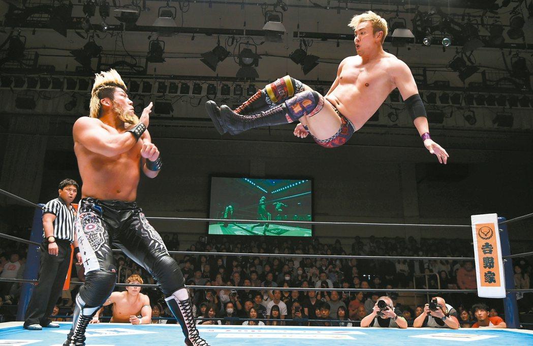 日本以動畫等文化風靡全球,但下一個風行全球的產業,可能是職業摔角。日本娛樂事業商...