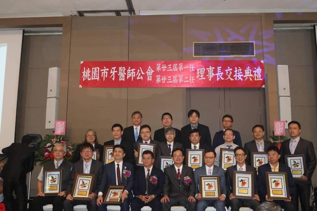 第23屆第一任理事長郭立豪頒發功勞奬給任內的理監事們。 楊連基/攝影