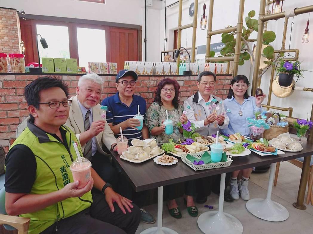 業者郭秋伶(右1)與好友邀民眾一起來走訪古蹟、大啖美食。莊智強/攝影