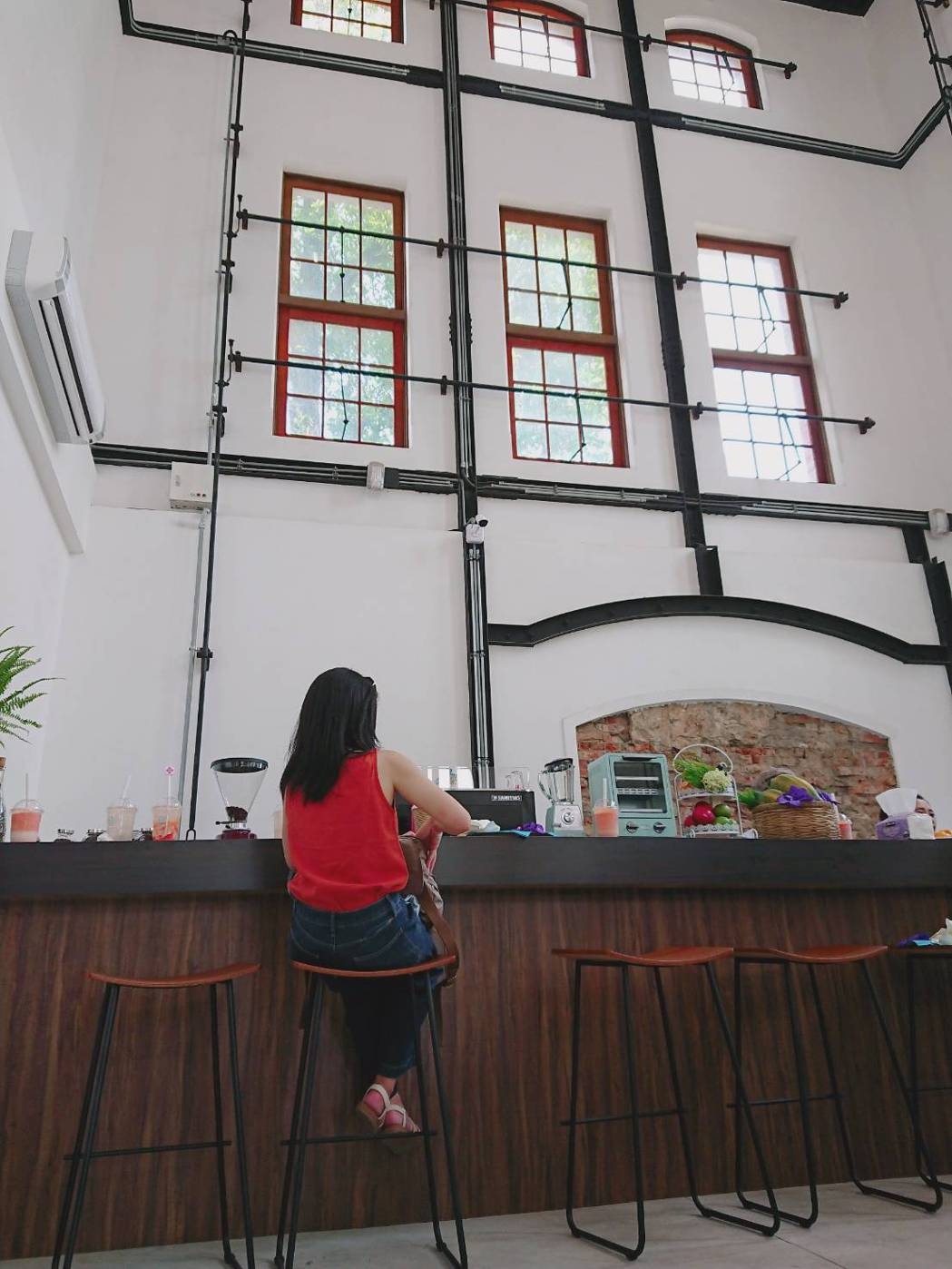 水道咖啡以復古工業風格佈置,帶給遊客不同的氛圍。莊智強/攝影