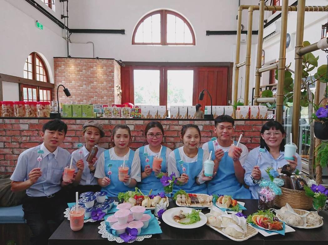 水道咖啡團隊提供入園遊客享用到豐富美食與文創飲品。莊智強/攝影
