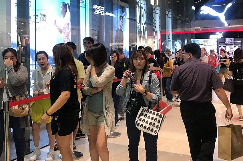 大江購物中心週年慶排隊搶購人潮。 大江購物中心/提供