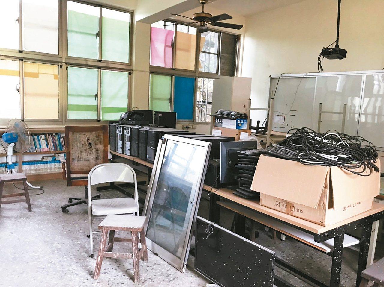 偏鄉小學圖書室架上的書布滿厚厚的灰塵,有些根本沒上架,甚至一室多用。 記者馮靖惠...