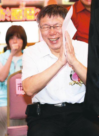 台北市長柯文哲上午出席松山慈祐宮天上聖母重陽飛昇1032年三獻大典,被問到市府顧問蔡壁如在LINE散布假訊息一事,他笑說看看就好不要當真。 記者余承翰/攝影