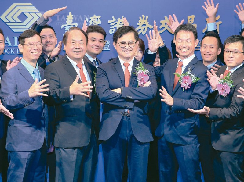看好未來10年持續成長 晶碩今天掛牌上市,董事長童子賢(中)與員工一同合影。 記者潘俊宏/攝影