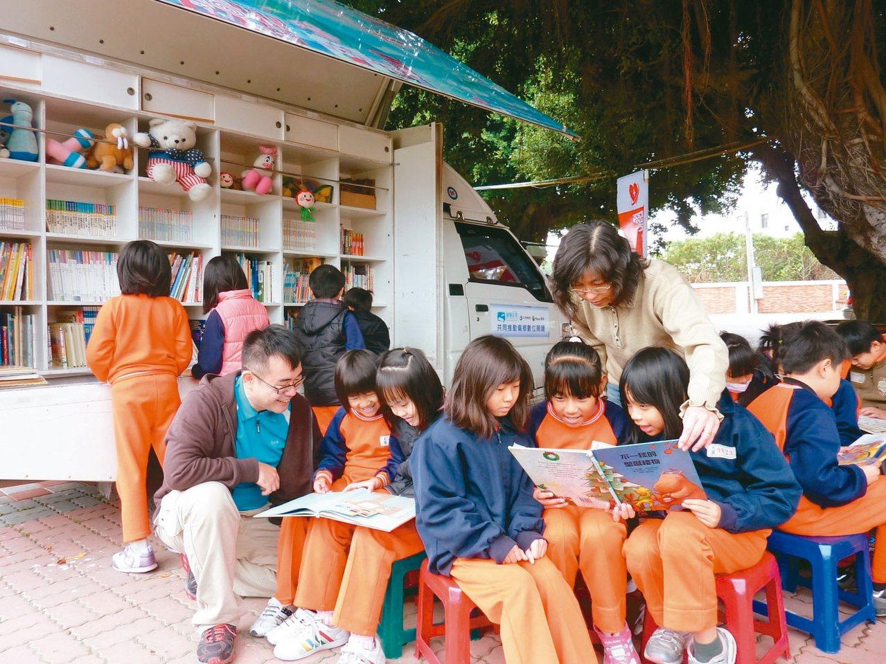 中小學圖書館城鄉資源差很大,閱讀的管理與推動困難重重,圖為行動圖書車造福更多偏鄉...