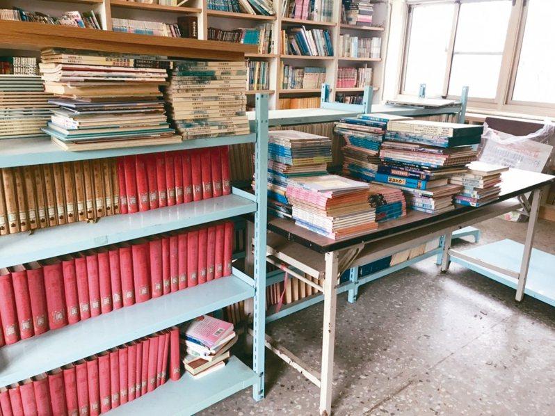 偏鄉中小學圖書館,「錢」和「人」都相對匱乏,偏鄉小學圖書室架上的書,布滿厚厚的灰塵,沒有按照書目或編碼擺放,也沒有依據類別編排。 記者馮靖惠/攝影