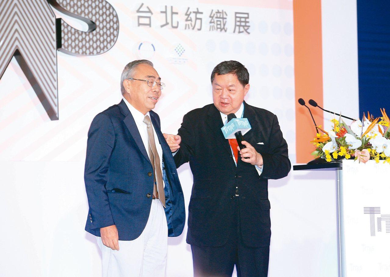 第23屆台北紡織展今天在南港展覽館展出,遠東集團董事長徐旭東(右)在開幕式上邀請...