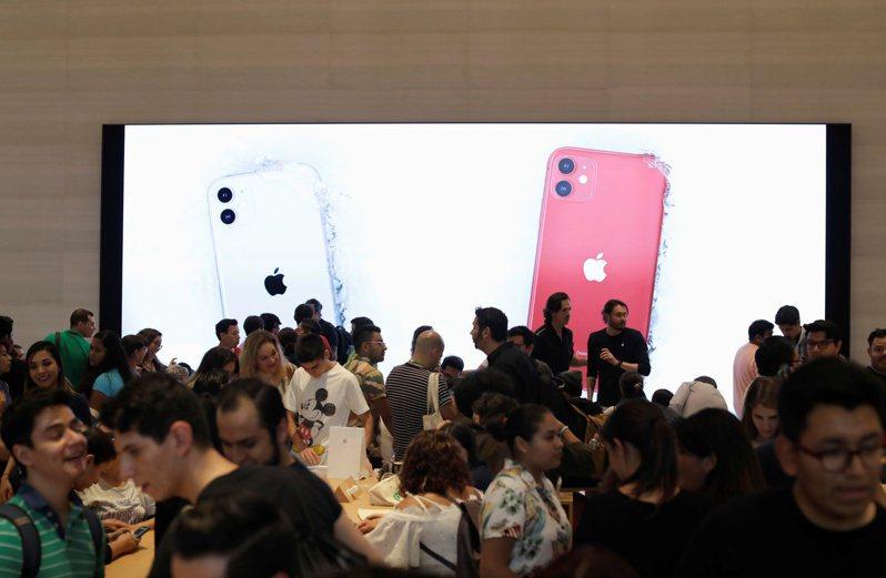 iPhone新機銷售強勁,帶動台系供應鏈股價。 路透