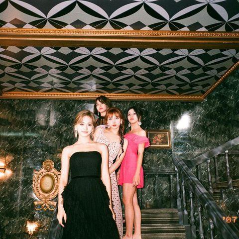 韓國女團TWICE推出最新作品《Feel Special》回歸樂壇,日前她們也在官方IG上分享給粉絲的禮物,只見四名團員曬出美照,但是下一秒就讓網友笑翻!TWICE在官方IG上分享要給粉絲的禮物,就...