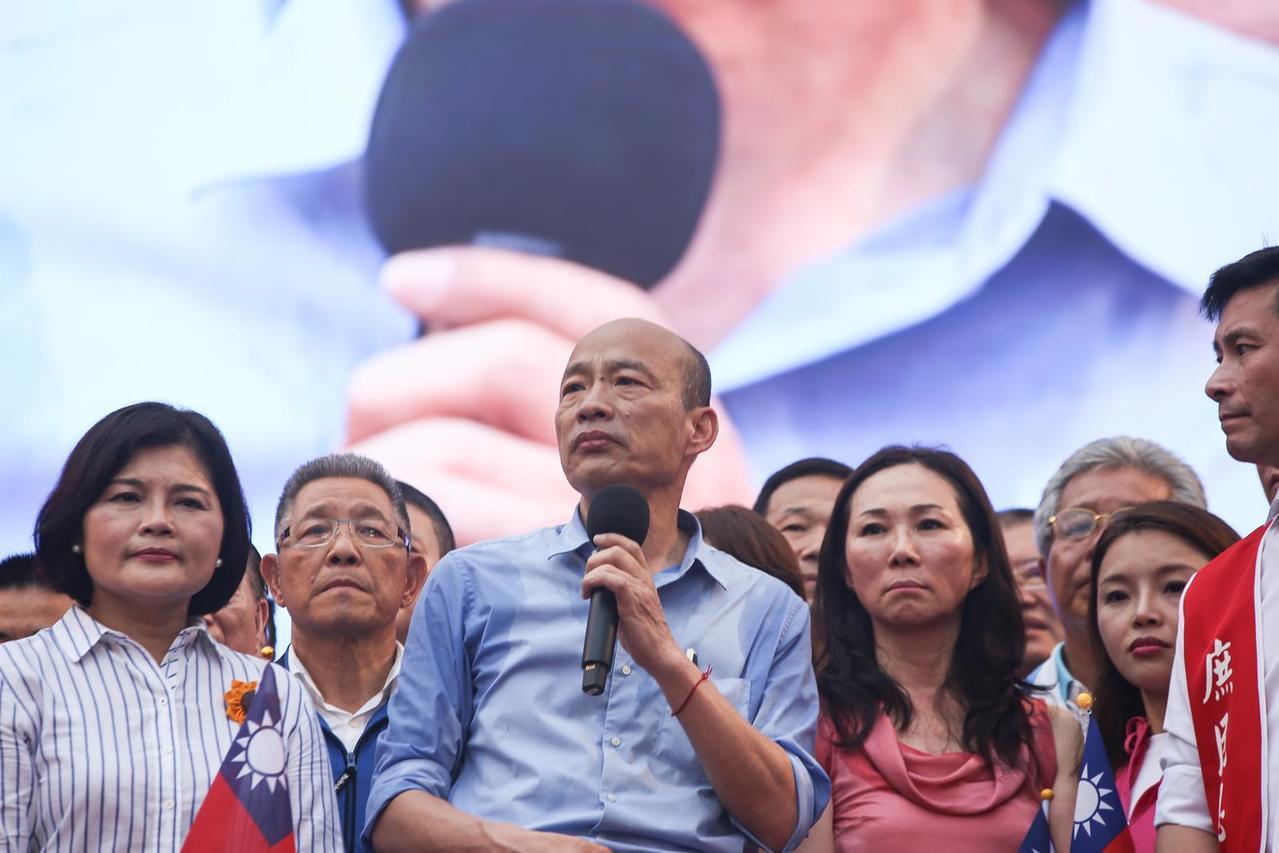 張麗善(左)家族與高雄市長韓國瑜、夫人李佳芬家族關係密切。(吳宙棋攝)
