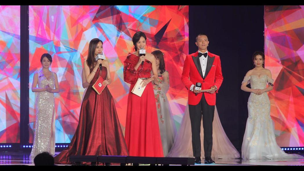 第三屆金羽獎昨(3)日登場,主持人請到劉容嘉(左起)、Janet及小鬼。 羅建豪...