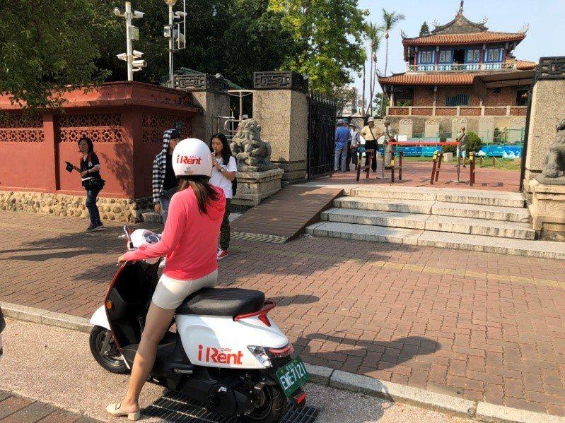 iRent共享電動機車擴展至台南,民眾在路邊停車格即可預約用車。 圖/和雲行動服...