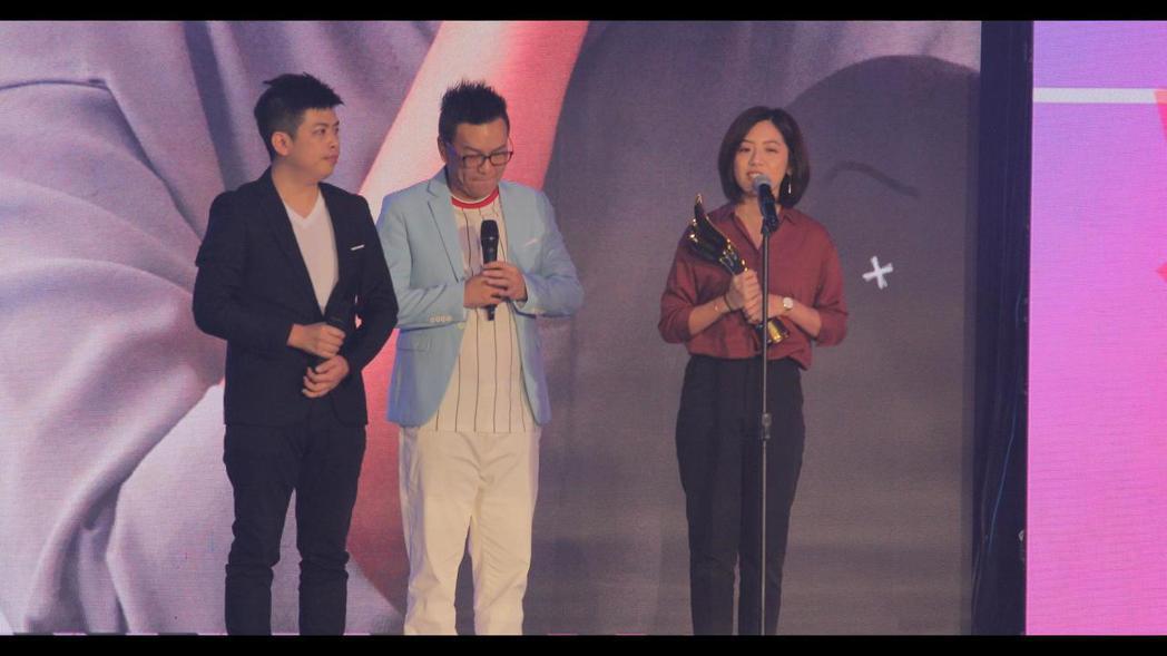 學姊(黃瀞瑩)由荒謬大師沈玉琳手中頒獲「最受歡迎鄉民女神」獎。 羅建豪/提影