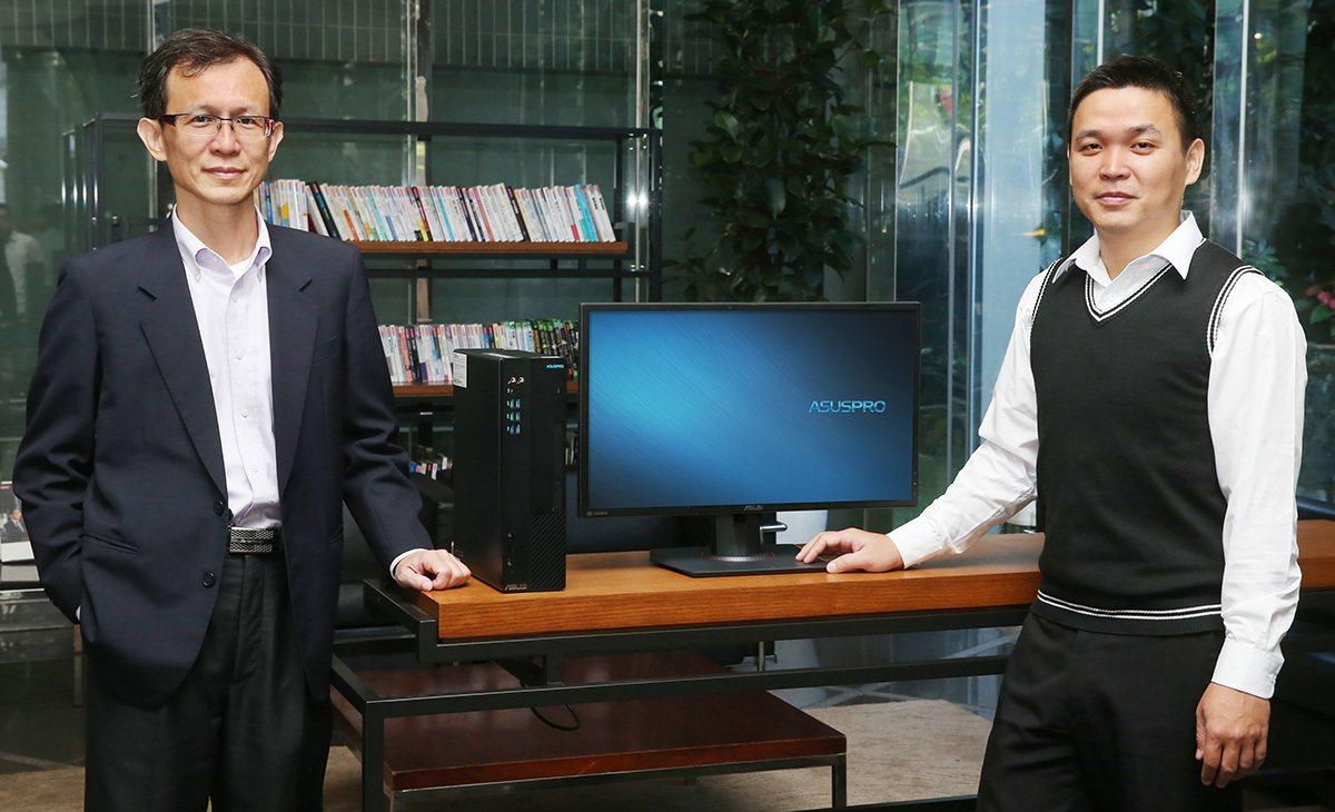 冠德建設資訊處協理林文彥(左)、根基營造資訊部專案副理鄭天凱(右)肯定華碩商用桌...