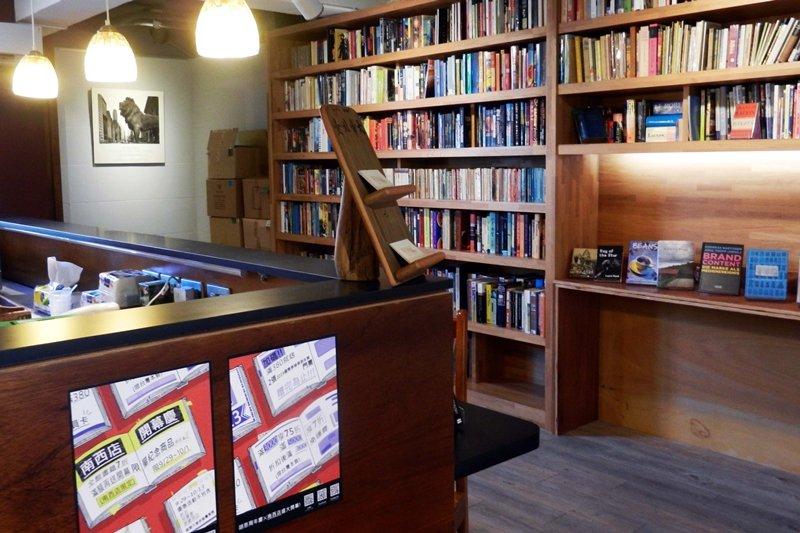 「胡思」南西店三樓英文小說與咖啡吧台區。 圖/作者自攝