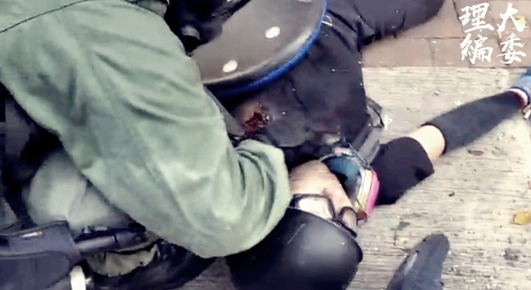 香港反送中運動持續約四個月,示威現場年輕臉孔眾多。10月1日,遭港警實彈擊中左胸...