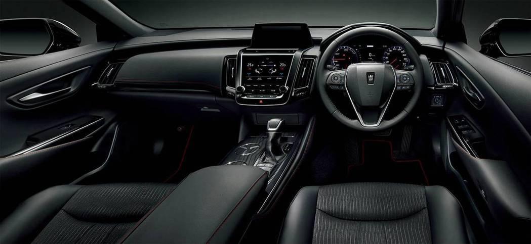 Crown Sport Style內裝採用全黑+細緻的紅色車縫線鋪陳,不像一般的...