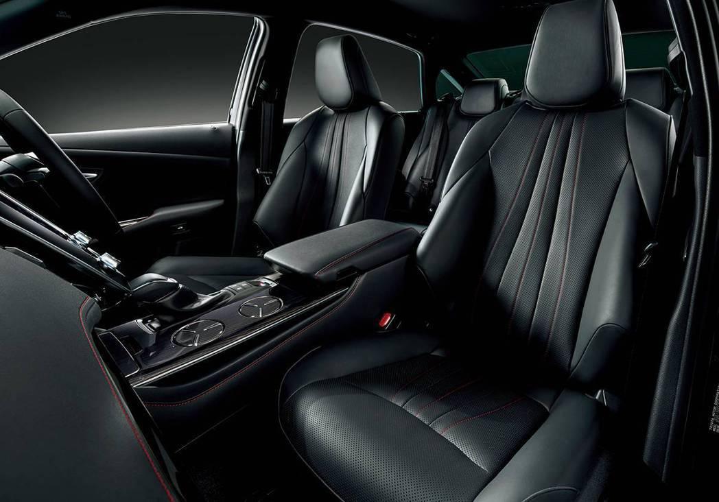 Crown Sport Style運動版座椅上也用較細的紅色縫線妝點。 摘自To...