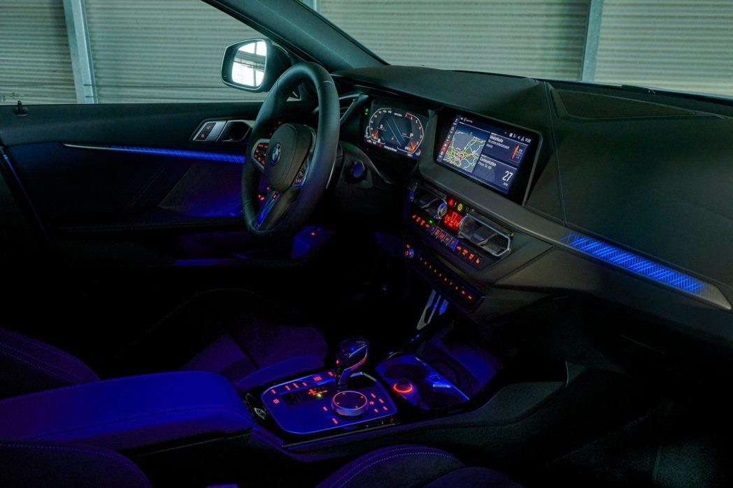 首次於BMW車款中出現的光影飾版搭配環艙氣氛燈,提供多達6種的燈光變化,創造出前...