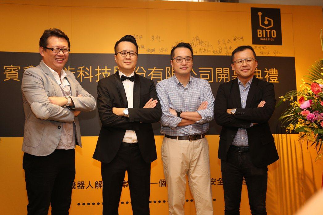 賓鑫智能科技公司總經理吳振弘(左二)與貴賓合影。 黃奇鐘/攝影
