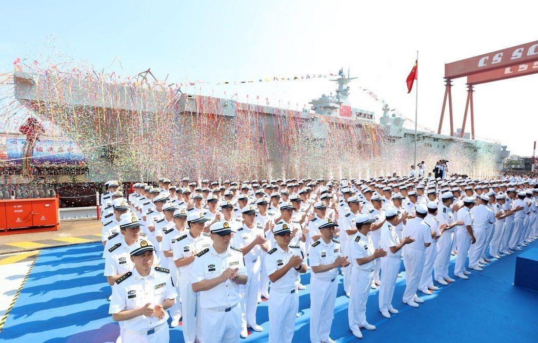 解放軍首艘075型兩棲突擊艦上月25日在上海舉行下水儀式。 (新華社)