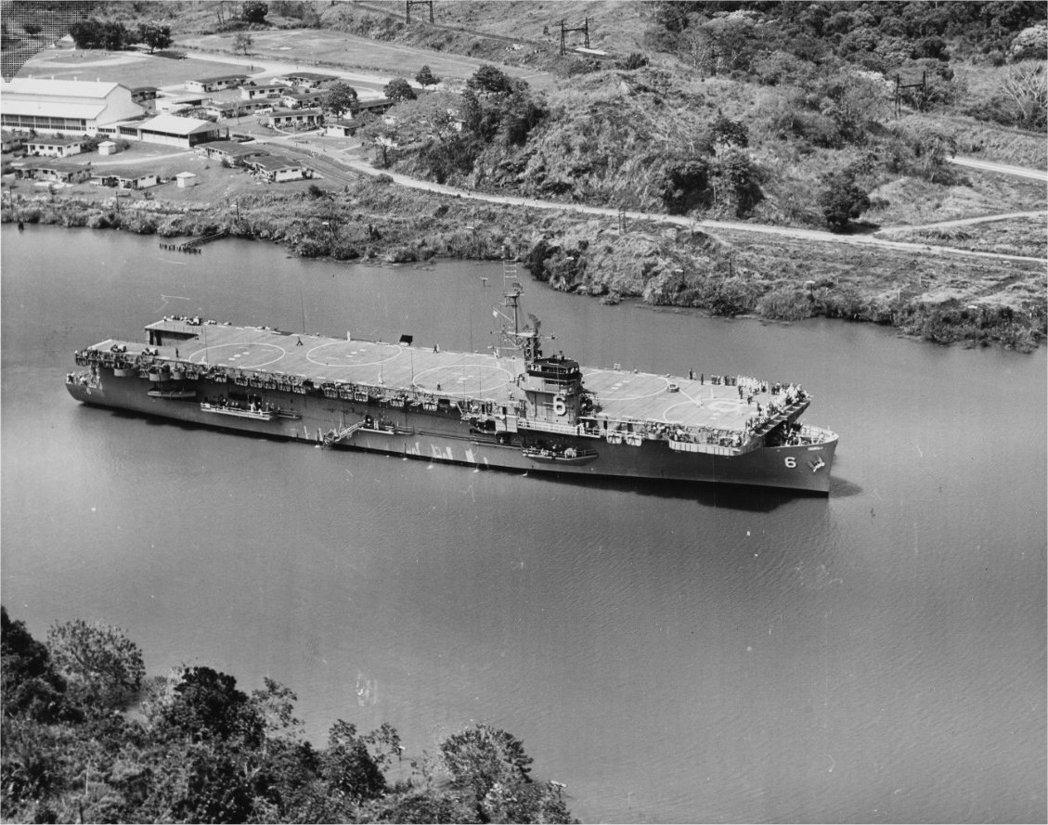 第一艘被改為兩棲突擊艦的西蒂斯號,正通過巴拿馬運河。 圖/美國海軍檔案照