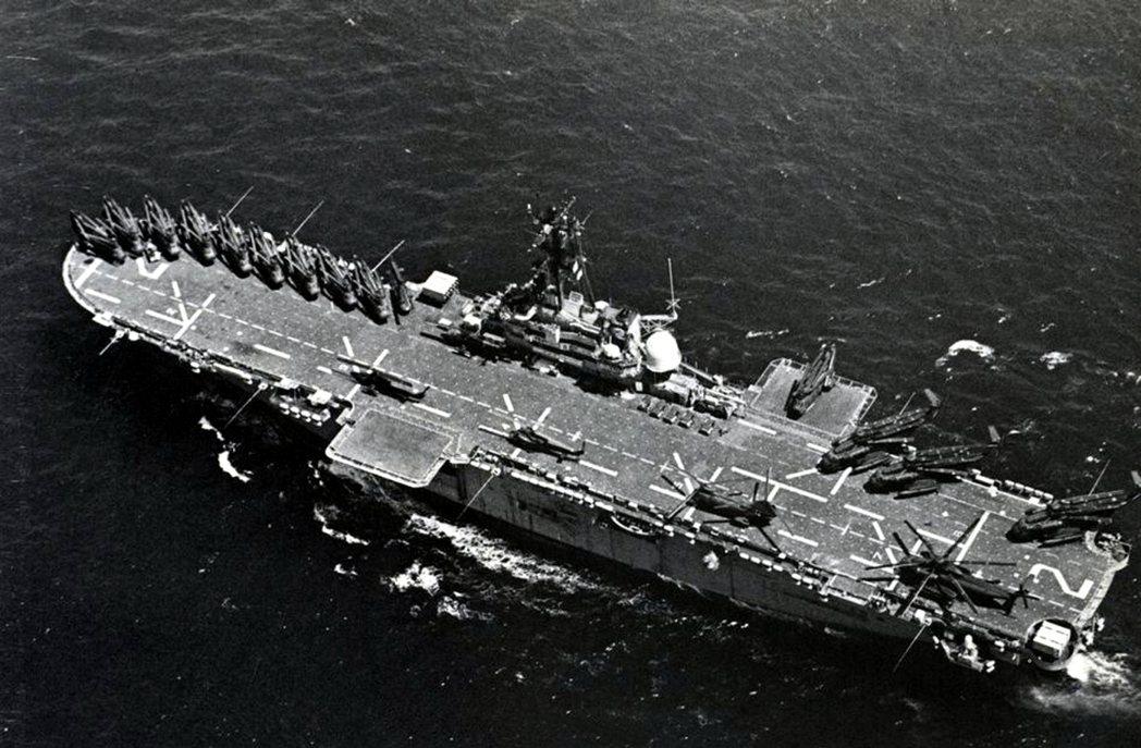 硫磺島號兩棲突擊艦,甲板上停滿各式直升機。 圖/美國海軍檔案照