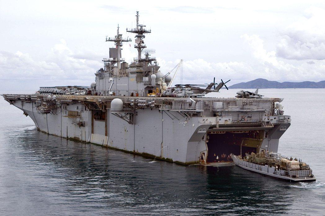 胡蜂級的艾塞克斯號兩棲突擊艦,船艉有一艘通用登陸艇(LCU,國軍稱為合字號)。 ...