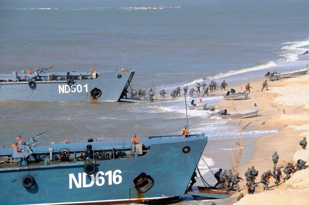傳統的登陸艇搶灘登陸,需要相當寬度與深度的沙灘地形。 (新華社)