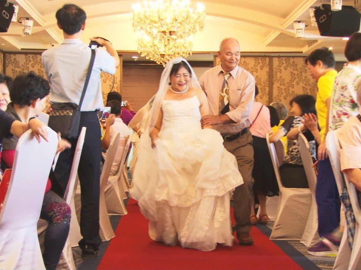 淡水區正德里在婚宴會館舉行敬老餐會活動,里內金婚夫妻穿上婚紗,換上禮服,一起走紅...