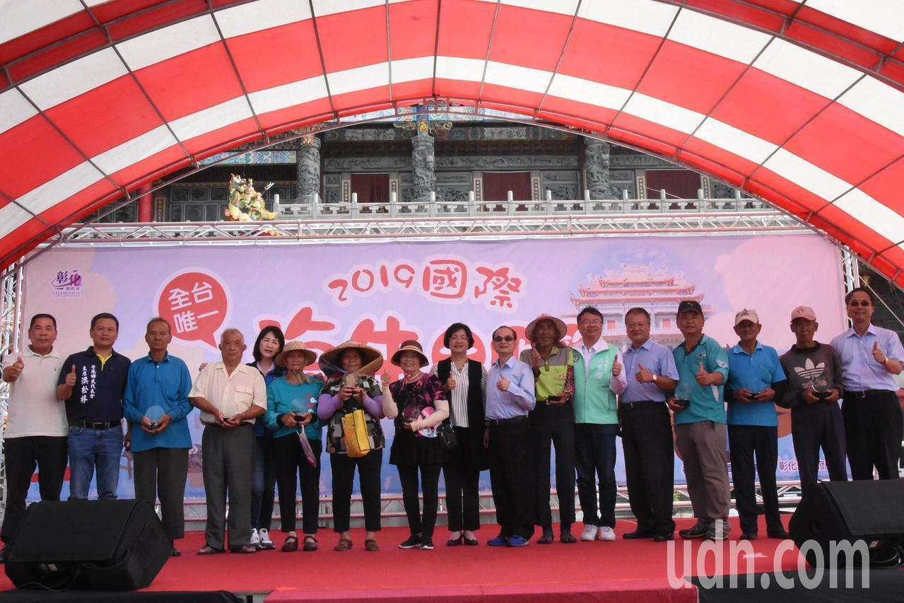 縣長王惠美頒獎感謝11名保存海牛文化的漁民。記者何烱榮/攝影