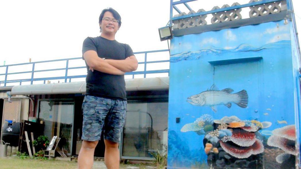 青年漁民張博仁棄公職返鄉投入養殖事業,採用無垢生態養殖工法飼養的白蝦,品質稱佳。...