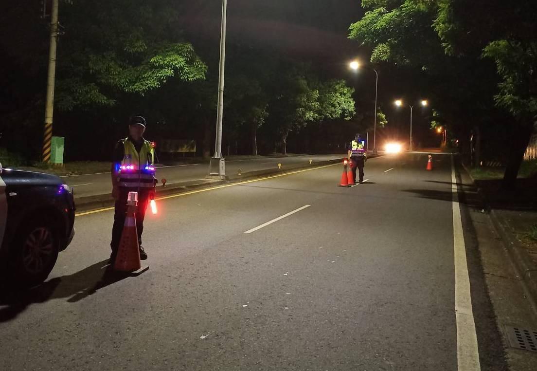 台中市警局斥資近百萬元,為警員添購全台首創設計的LED反光背心,讓警員夜間值勤更...