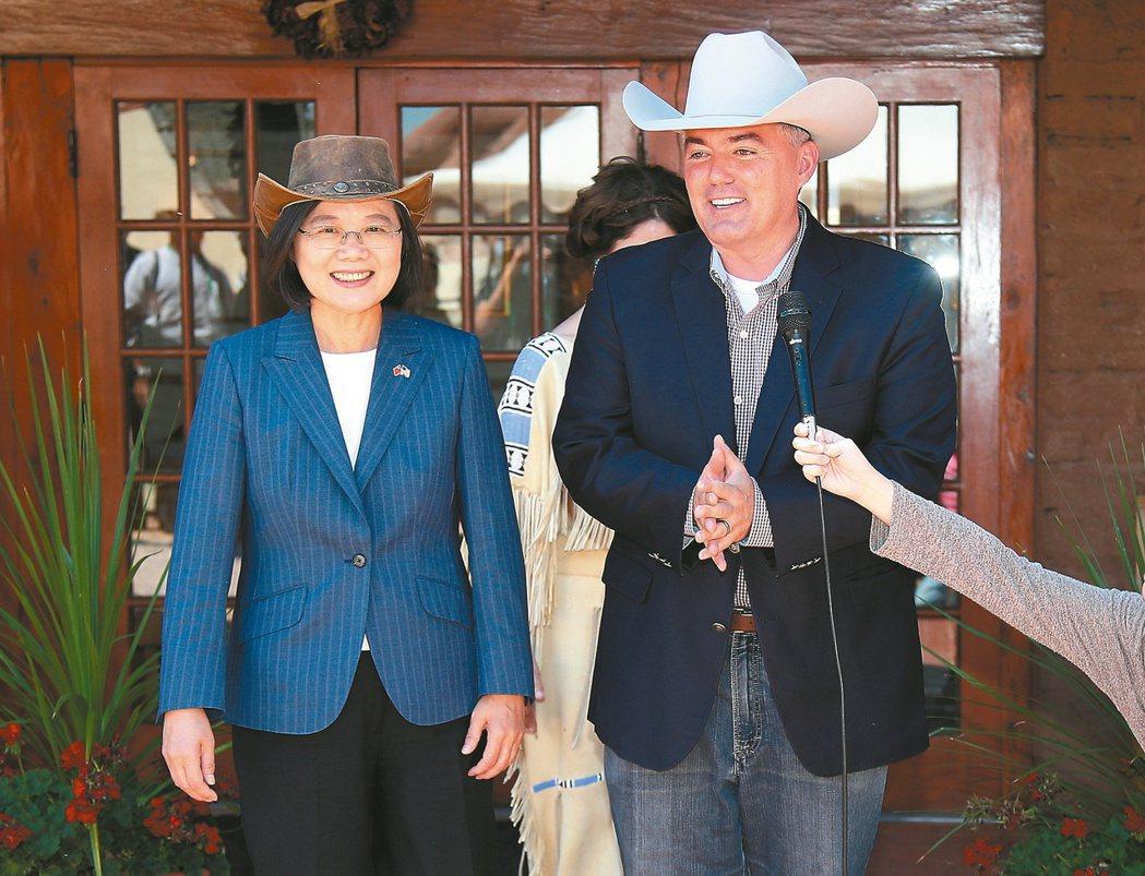 蔡英文總統(左)今年7月過境美國丹佛,與美國聯邦參議員賈德納共進午餐。  中央社