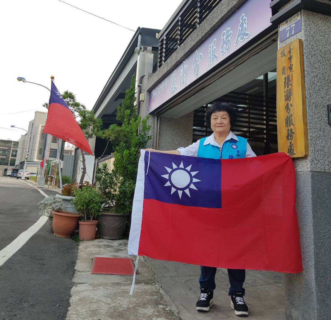 台中市議員張瀞分募集千面國旗免費送民眾。圖/張瀞分提供