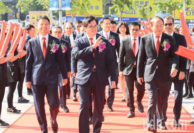 晶碩今天掛牌上市,董事長童子賢(中)帶領副董事長郭明棟(右)及總經理楊德勝(左)走紅毯進入會場。記者潘俊宏/攝影