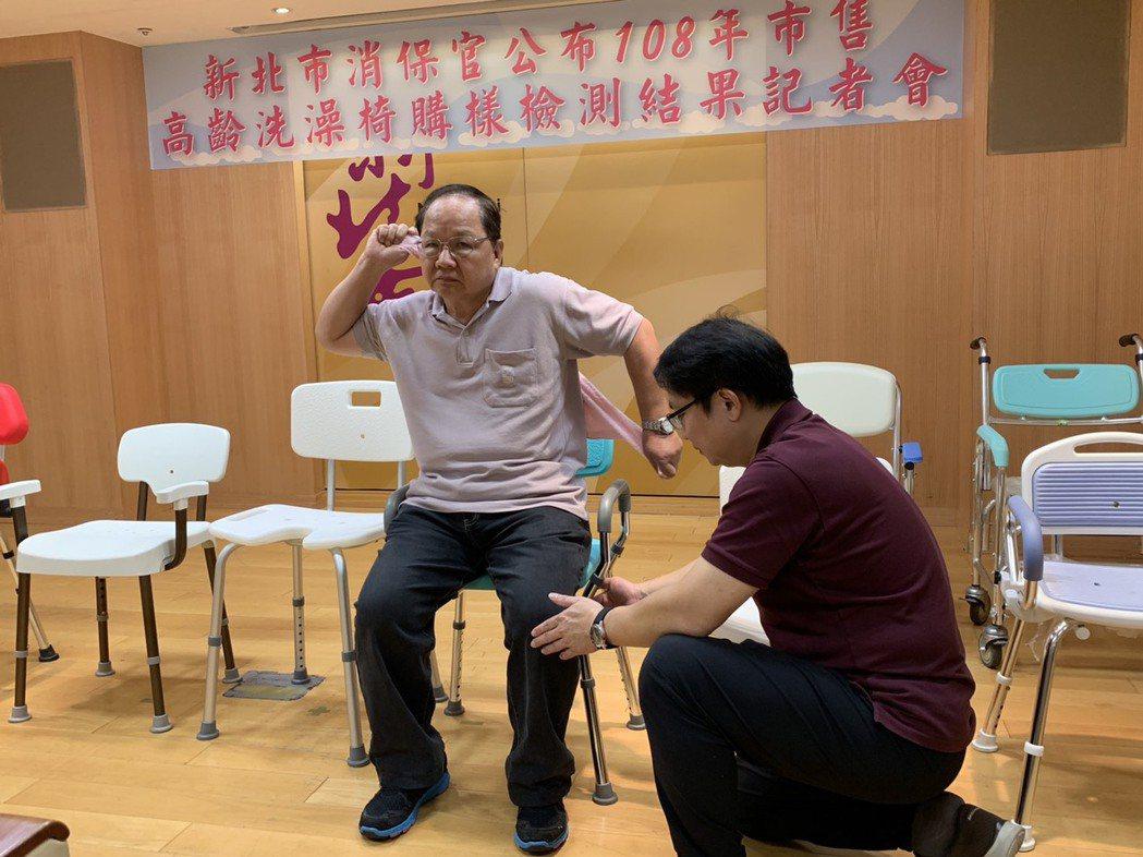 新北輔具資源中心主任楊忠一(右)稍早示範如何協助長者使用洗澡椅。記者張曼蘋/攝影