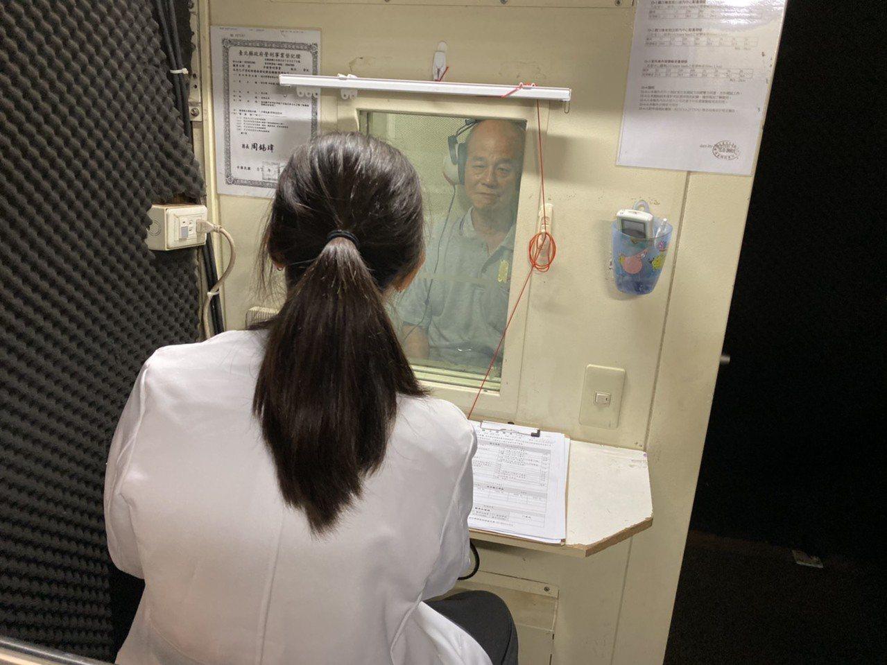 聽損問題容易被輕忽,專家建議,應將聽力篩檢納入免費健檢項目,讓超過50歲的中高齡...