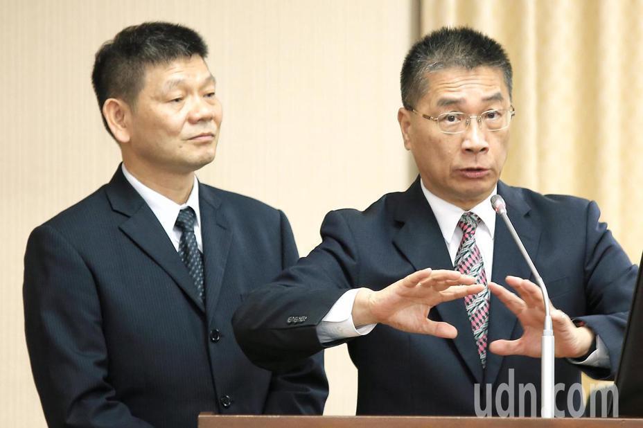 內政部長徐國勇(右)上午出席立法院內政委員會報告備詢,左為消防署長陳文龍。記者林伯東/攝影
