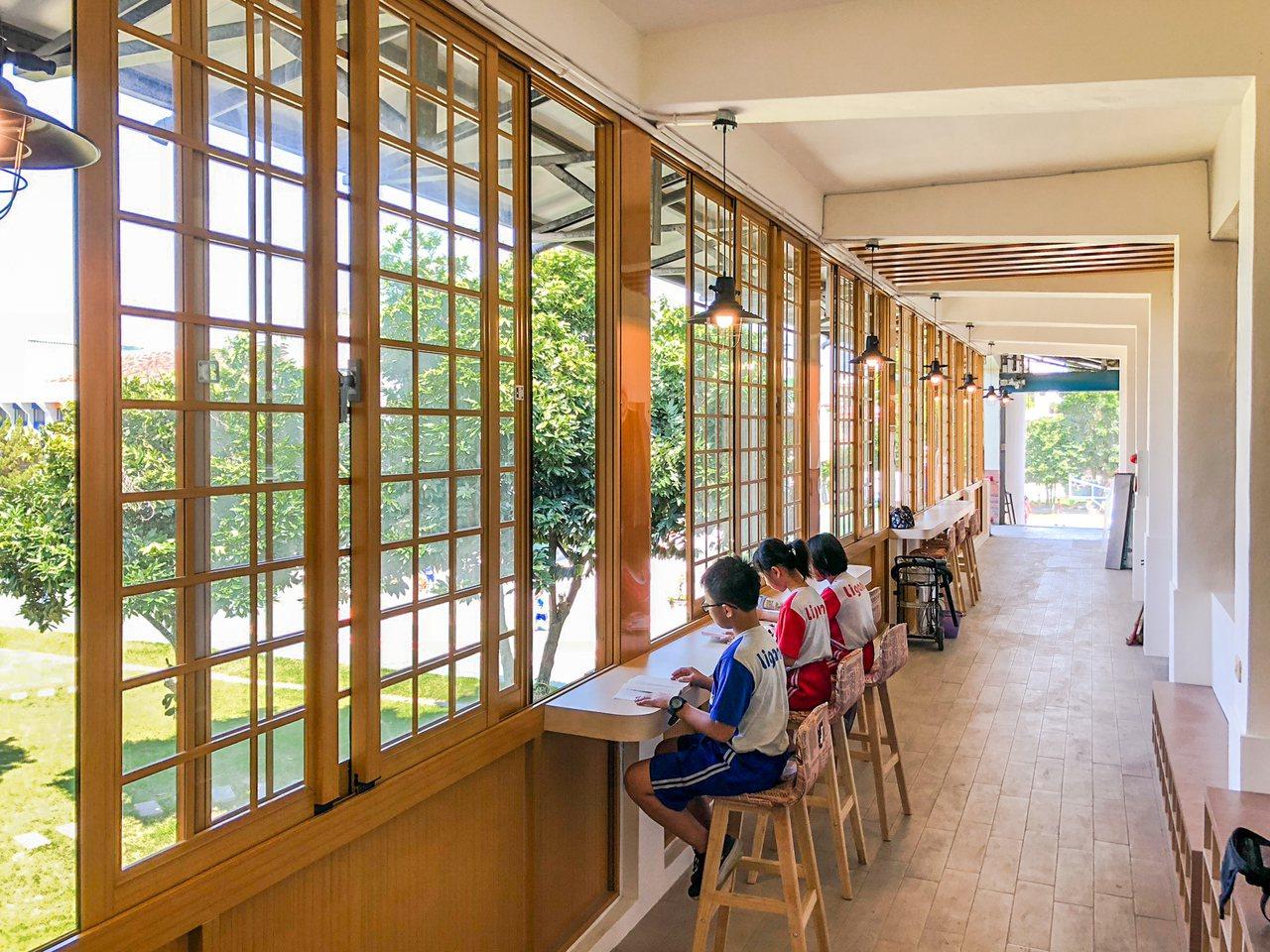 屏東縣仁和國小申請設立社區共讀站,美觀與實用度極高的波浪形階梯書櫃,在設計上呈現...