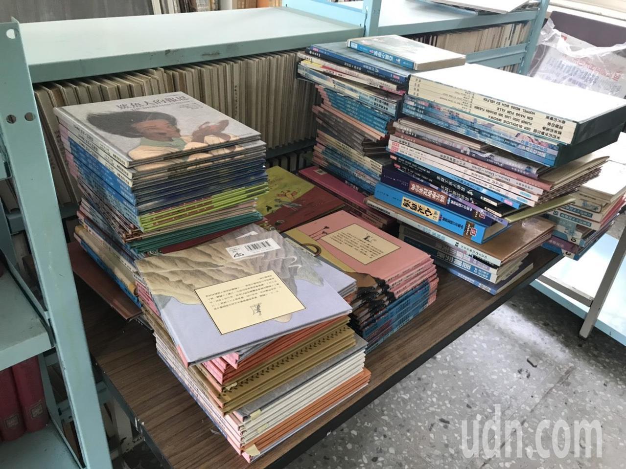 偏鄉中小學圖書館,「錢」和「人」都相對匱乏,偏鄉小學圖書室架上的書,布滿厚厚的灰...