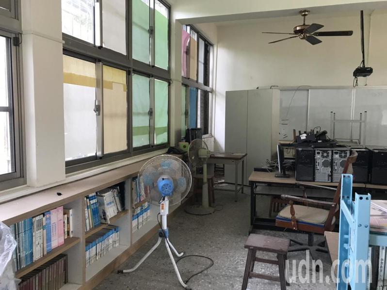 偏鄉中小學圖書館,「錢」和「人」都相對匱乏,偏鄉小學圖書室架上的書,布滿厚厚的灰塵,也沒有按照書目或編碼擺放,也沒有依據類別編排,根本沒上架。記者馮靖惠/攝影